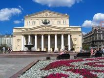 Bolshoi剧院在莫斯科 在剧院正方形的人步行 库存图片