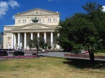 Bolshoi剧院在莫斯科 绿色结构树 免版税图库摄影