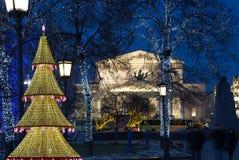 Bolshoi teater på natten som tänds under jul. Moskva Arkivfoto