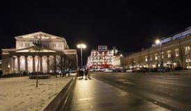 Bolshoi teatergarnering till jul och det nya året semestrar på natten moscow russia Arkivfoto