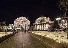 Bolshoi teatergarnering till jul och det nya året semestrar på natten moscow russia Arkivfoton