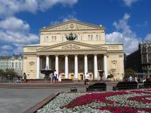 Bolshoi Theater in Moskau Theater-Quadrat wird durch Blumen verziert Lizenzfreies Stockbild