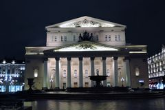 Bolshoy剧院历史建筑在莫斯科 被停泊的晚上端口船视图 免版税库存照片