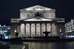 Bolshoy剧院历史建筑在莫斯科 被停泊的晚上端口船视图 免版税图库摄影