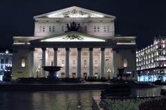 Bolshoy剧院历史建筑在莫斯科 被停泊的晚上端口船视图 库存照片