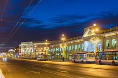 Bolshoy Gostiny dvor在为圣诞节阐明的涅夫斯基远景的百货商店,圣彼德堡 免版税库存照片