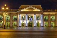 Bolshoy Gostiny dvor在涅夫斯基为圣诞节照亮的Prospekt,圣彼德堡的百货商店夜视图  免版税库存图片