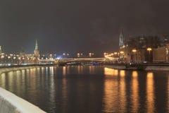 Bolshoy Moskvoretsky bro på natten Arkivbild