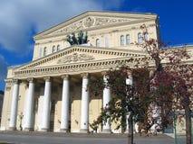 Bolshoy-Theater in Moskau Blauer Himmel mit Wolken Lizenzfreie Stockfotografie
