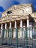 Bolshoytheater in Moskou De zon glanst Achter de kinderen is er een groot wit zeil Stock Afbeelding