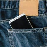 Bolsillo azul de los vaqueros del dril de algodón con el teléfono móvil Imágenes de archivo libres de regalías