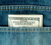 Bolsillo de los tejanos con cientos dólares Imagen de archivo libre de regalías