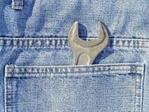Llave de estirón en un bolsillo Fotos de archivo libres de regalías