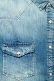 Bolsillo de una camisa azul de la mezclilla imagenes de archivo