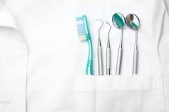 Bolsillo del dentista con los instrumentos del cuidado Imagen de archivo