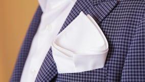 Bolsillo del pañuelo de su chaqueta almacen de metraje de vídeo