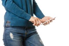 Bolsillo del smartphone del teléfono móvil de la chica joven Imagenes de archivo