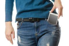 Bolsillo del smartphone del teléfono móvil de la chica joven Fotografía de archivo