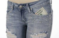 Bolsillo delantero de los pantalones vaqueros con el dinero adentro Fotografía de archivo