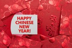 Bolsillos rojos con una tarjeta del Año Nuevo chino feliz Imagen de archivo