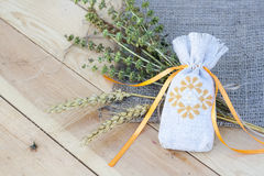 Bolsita con bordado ucraniano, la gavilla de trigo y las hierbas secadas Imagenes de archivo