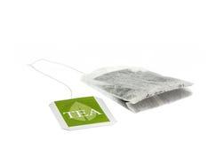 Bolsita de papel del té con la etiqueta verde Fotos de archivo libres de regalías
