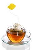 Bolsita de té que salpica en la taza de té Fotos de archivo
