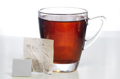 Bolsita de té y un vidrio de té Imagen de archivo libre de regalías