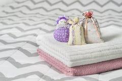 Bolsitas perfumadas y figura fragante de la bolsa de una muchacha Bolsos llenados de lavanda en dormitorio Toallas en cama Fotos de archivo libres de regalías