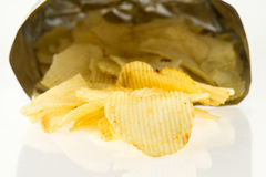 Bolso abierto con el aislante de las patatas fritas en el fondo blanco Fotografía de archivo