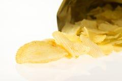 Bolso abierto con el aislante de las patatas fritas en el fondo blanco Foto de archivo libre de regalías