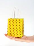 Bolso amarillo que hace compras de la explotación agrícola Foto de archivo