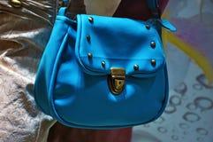 Bolso azul en la ventana de tienda foto de archivo libre de regalías