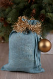 Bolso azul suave de Papá Noel en tiempo de la Navidad Fotografía de archivo