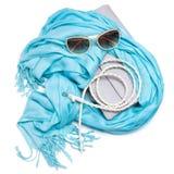 Bolso, bufanda de la franja, correa trenzada flaca y gafas de sol Foto de archivo