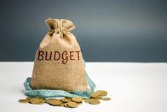 Bolso con cinta métrica del dinero y y el presupuesto de la palabra Presupuesto limitado Falta de dinero El concepto de acumular  fotos de archivo libres de regalías