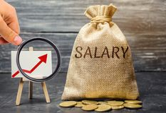 Bolso con el dinero y el sueldo de la palabra y encima de la flecha y de monedas Aumento del sueldo, tarifas salariales promoci?n foto de archivo libre de regalías