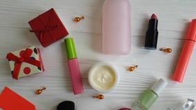 Bolso cosmético con crema decorativa de los cosméticos en de madera blanco almacen de metraje de vídeo
