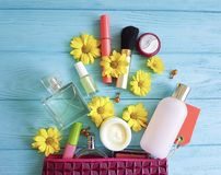 Bolso cosmético con los cosméticos compactos decorativos del cosmetólogo en de madera Imagen de archivo libre de regalías