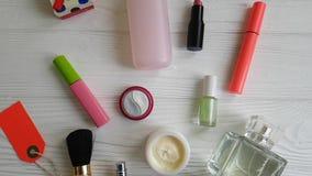 Bolso cosmético con los cosméticos decorativos de la belleza en de madera metrajes