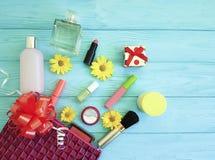 Bolso cosmético con los cosméticos decorativos del cosmetólogo de la moda del acuerdo del rostro en de madera Imagenes de archivo