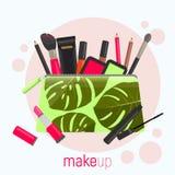 Bolso cosmético con un modelo de hojas tropicales Bolso cosmético con las herramientas para el maquillaje profesional: lápiz labi Imágenes de archivo libres de regalías