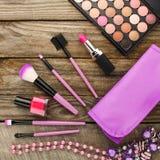 Bolso cosmético de los accesorios para mujer, cepillos del maquillaje, collar, esmalte de uñas, lápiz labial Imágenes de archivo libres de regalías
