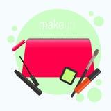 Bolso cosmético rosado brillante Bolso cosmético con las herramientas para el maquillaje profesional: lápiz labial, rimel, sombre Imágenes de archivo libres de regalías