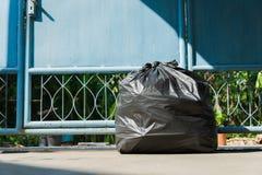 Bolso de basura negro para el ambiente en casa imágenes de archivo libres de regalías