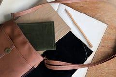 Bolso de Brown con el libro de bolsillo, el libro viejo del diario, el cuaderno viejo, y el lápiz Foto de archivo libre de regalías