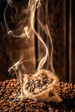 Bolso de café por completo de granos asados fragancia foto de archivo libre de regalías