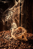 Bolso de café por completo de semillas asadas fragancia fotos de archivo libres de regalías