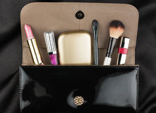 Bolso de charol negro con los cosméticos fotos de archivo libres de regalías