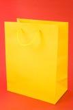 Bolso de compras amarillo Foto de archivo